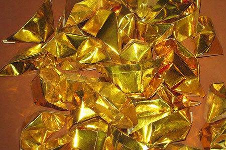 一般通过金银纸镀铝膜加工,可以制成祭拜的神明用到的金银纸,通常,根据神明的不同,金银纸也要分成很多类别,下面就是金银烧纸的一些简单的介绍:    一、金纸:   1、顶极金:有大极和小极,在农历元月初九给玉皇大帝用的。   2、天金:给三界公或者玉皇上帝的部将用的。   3、寿金:在神佛诞辰或者祈愿时用的。   4、刈金:在祭祀神明、祖先等用的 。   5、中金:给魑魅魍魉类似这种会做祟的神明祭拜用的。   6、土地公金:一般商人用来祈求生意兴隆用的。   二、银纸:   1、大银:祭祖或出葬能用到,当